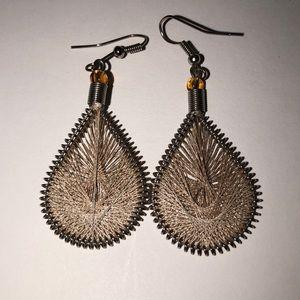 Threaded beige earrings